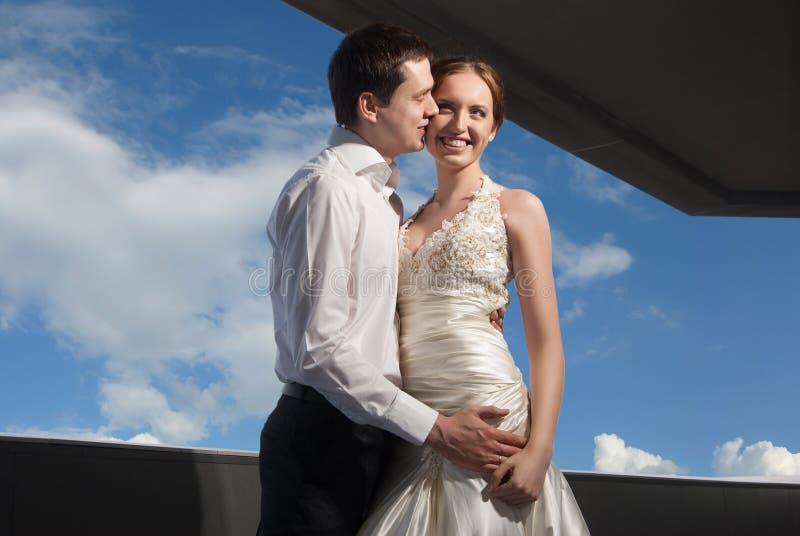 La sposa e lo sposo felici alle nozze camminano fotografie stock libere da diritti