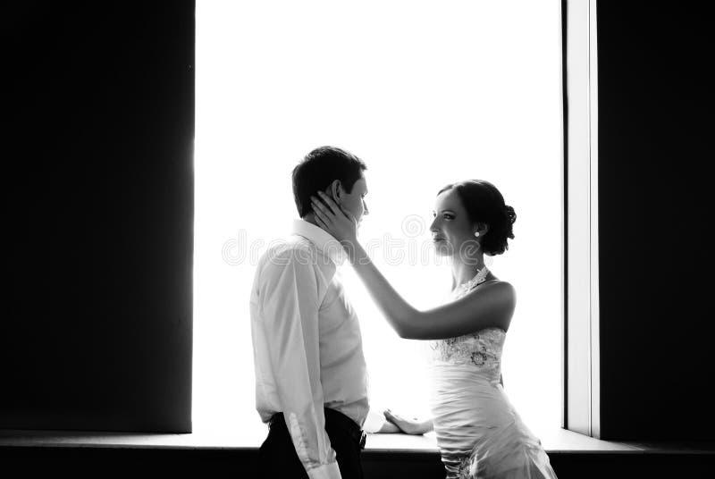 La sposa e lo sposo felici alle nozze camminano immagine stock libera da diritti