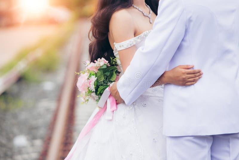La sposa e lo sposo prendono il fondo del bokeh di fotografia di pre-nozze immagini stock