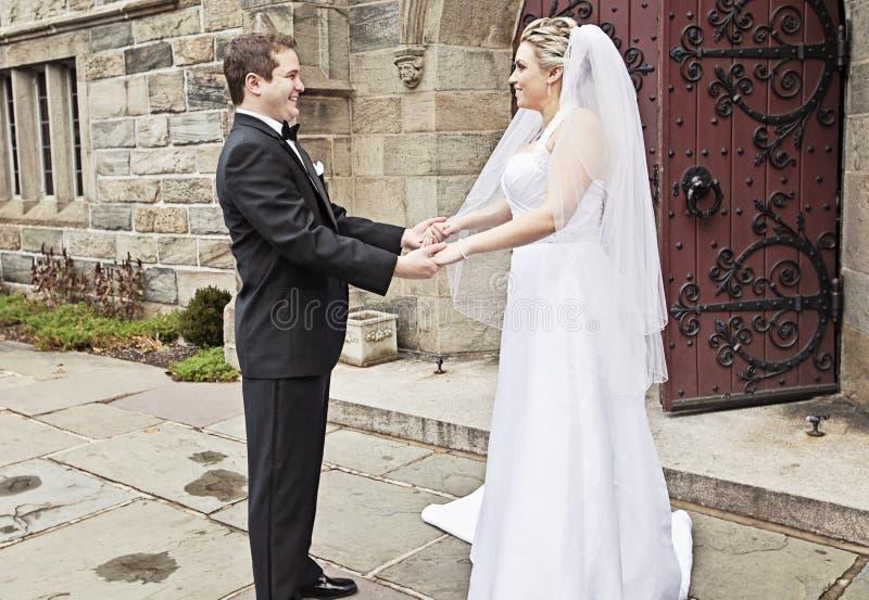 La sposa e lo sposo in primo luogo guardano immagini stock