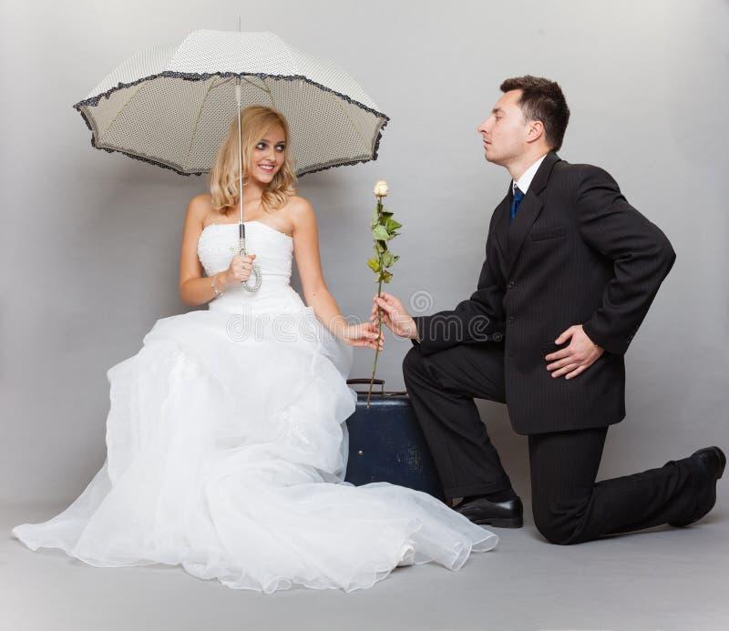 La sposa e lo sposo romantici della coppia sposata con sono aumentato immagine stock libera da diritti
