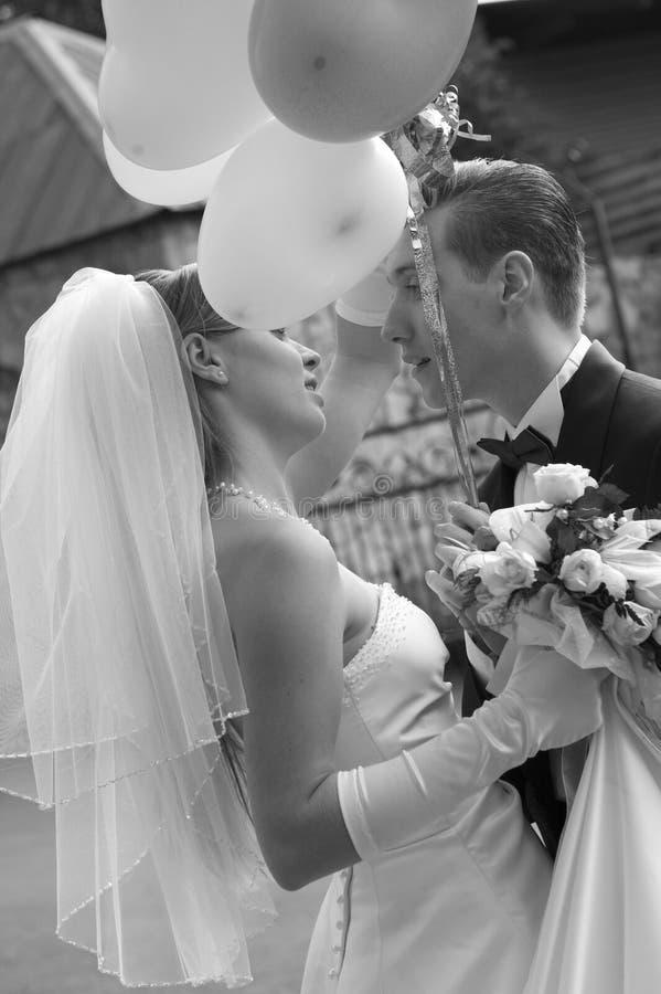 La sposa e lo sposo sono aerostati della holding immagine stock