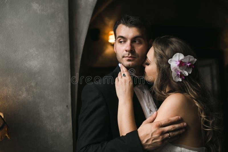 La sposa e lo sposo in una casa accogliente fotografia stock libera da diritti