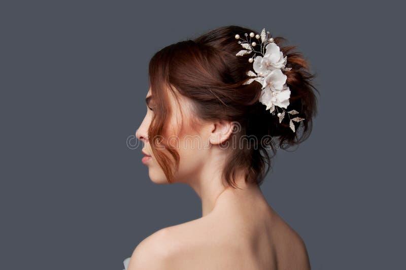 La sposa elegante con il updo dei capelli di scarsità e le spalle nude si vestono immagini stock libere da diritti