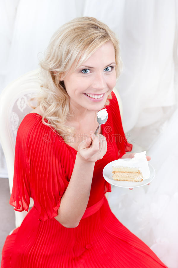 La sposa futura mangia la torta di cerimonia nuziale fotografie stock libere da diritti