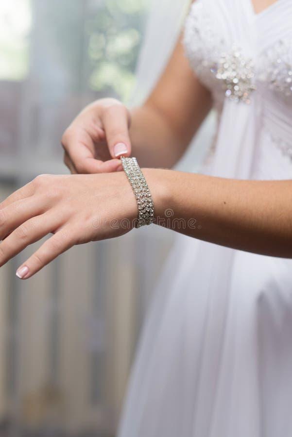 la sposa indossa una decorazione fotografia stock libera da diritti