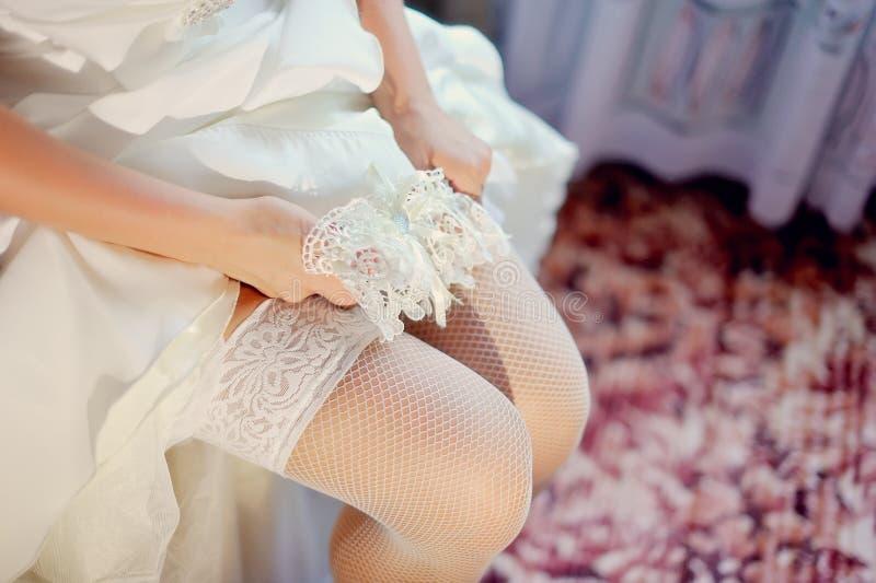 La sposa mette sopra immagine stock