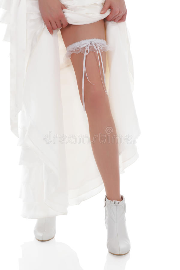 La sposa mostra il suo piedino immagine stock libera da diritti
