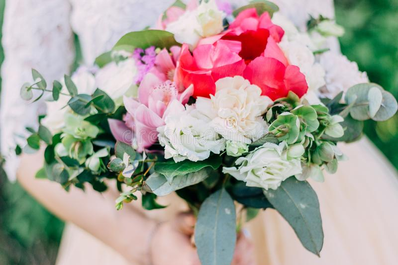 La sposa tiene un bello mazzo di nozze dei fiori bianchi e di rosa in sue mani fotografia stock