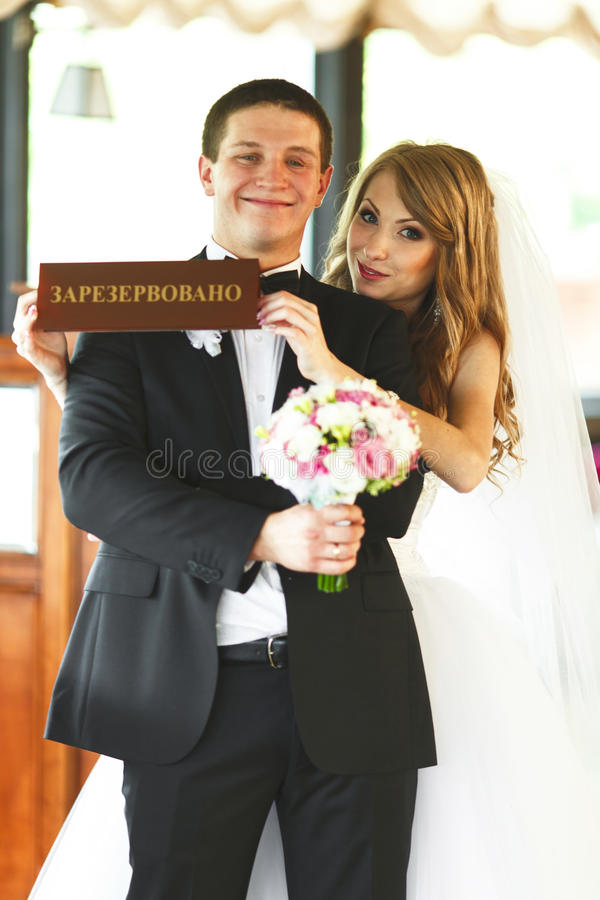 La sposa tiene un'iscrizione 'ha riservato' in una parte anteriore di uno sposo immagini stock