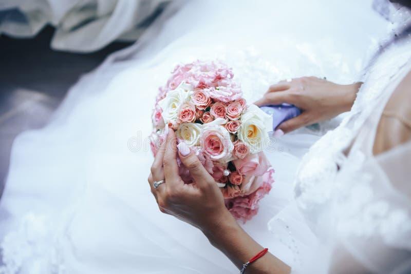 La sposa tiene un mazzo di cerimonia nuziale Primo piano fotografia stock