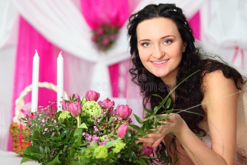 La sposa tocca il bello mazzo dei tulipani dentellare fotografia stock libera da diritti