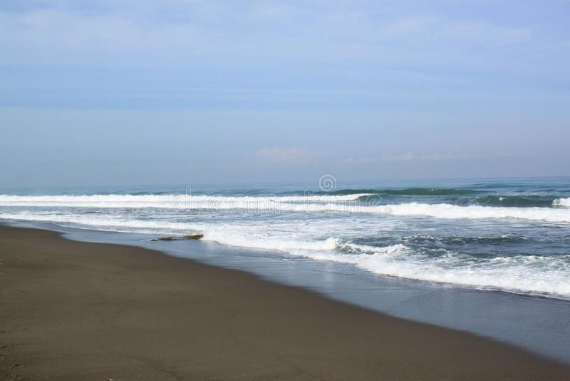 La spuma ondeggia alla spiaggia immagini stock libere da diritti