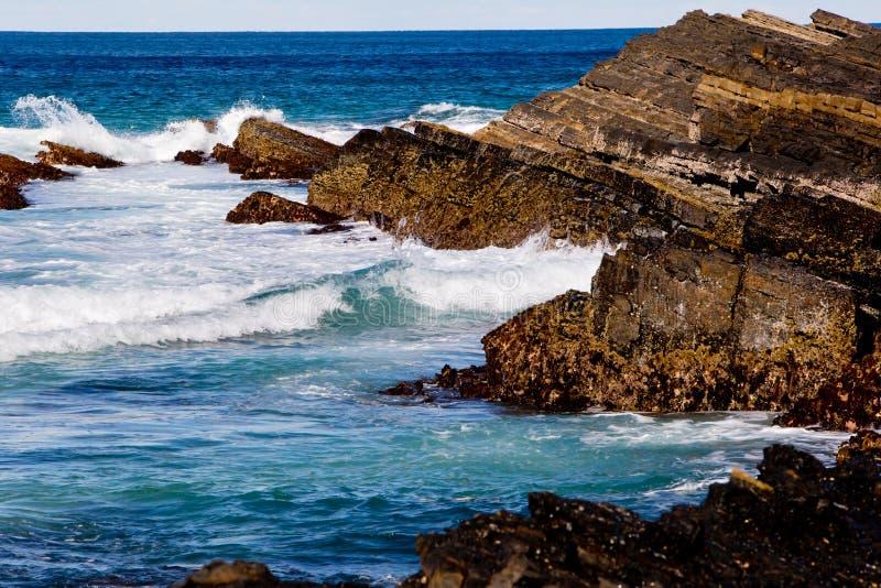 La spuma ondeggia sulla linea costiera rocciosa - spiaggia di Blueys, Nuovo Galles del Sud, A fotografie stock