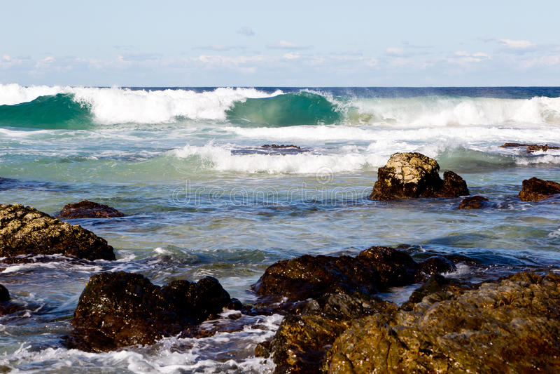 La spuma ondeggia sulla linea costiera rocciosa - spiaggia di Blueys, Nuovo Galles del Sud, A fotografia stock