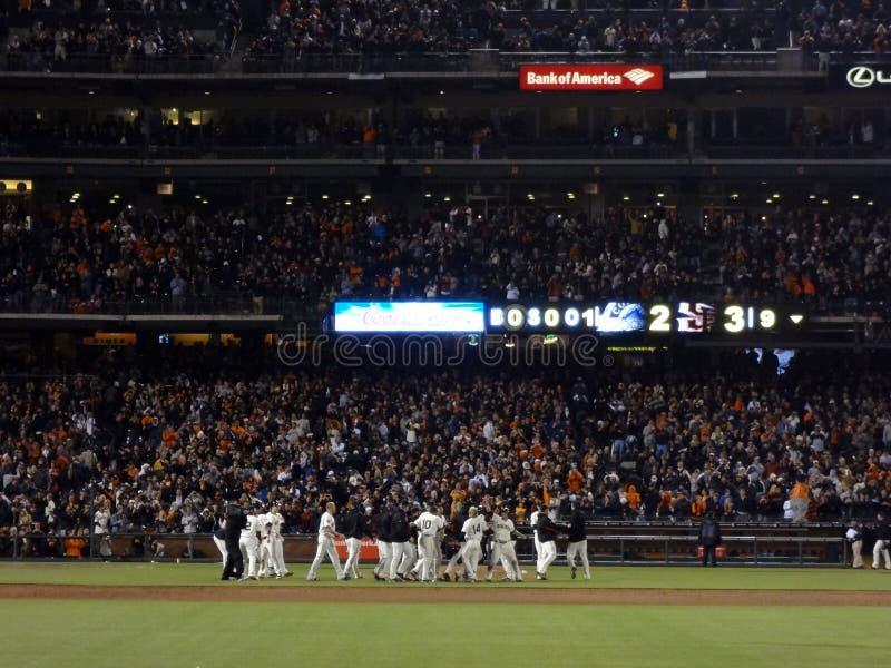 La squadra di baseball di Giants celebra la passeggiata fuori dalla vittoria sopra Washington fotografie stock libere da diritti