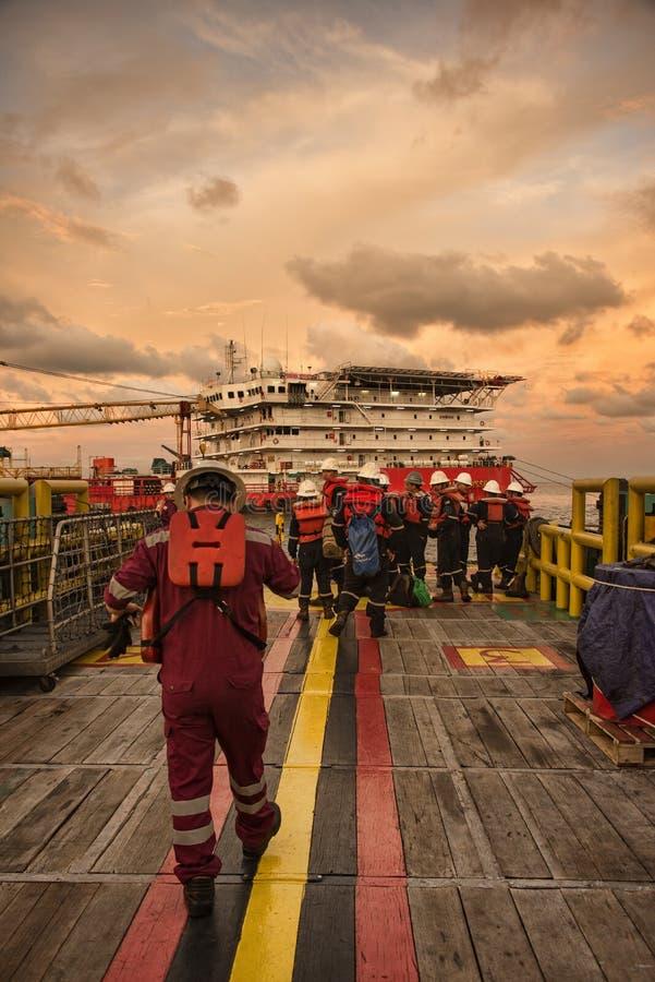 La squadra marina si prepara durante l'arrivo alla chiatta del lavoro della sistemazione immagine stock