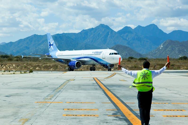 La squadra a terra guida un jet al cancello fotografia stock