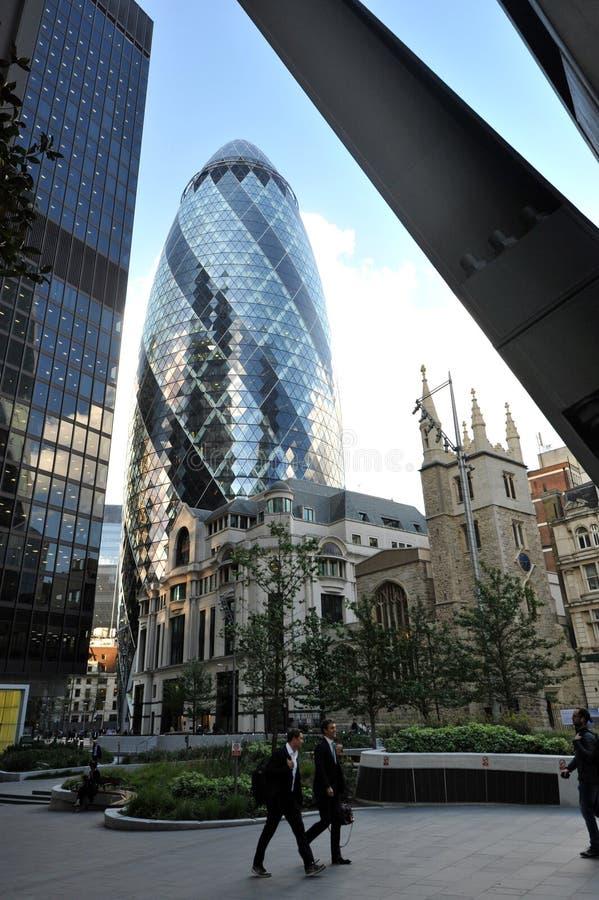 30 la st Mary Axe, la ri costruzione svizzera, conosciuta come il cetriolino, ? un grattacielo commerciale a Londra immagine stock