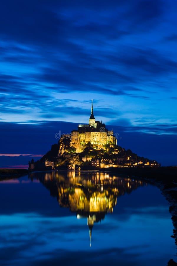 La st Michel di Mont ha riflesso nel mare al tramonto immagini stock libere da diritti