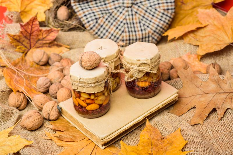 La stagione casalinga naturale di autunno degli ossequi tiene sano Metta tre dolci naturali del miele nel fondo rosso dei baratto immagini stock