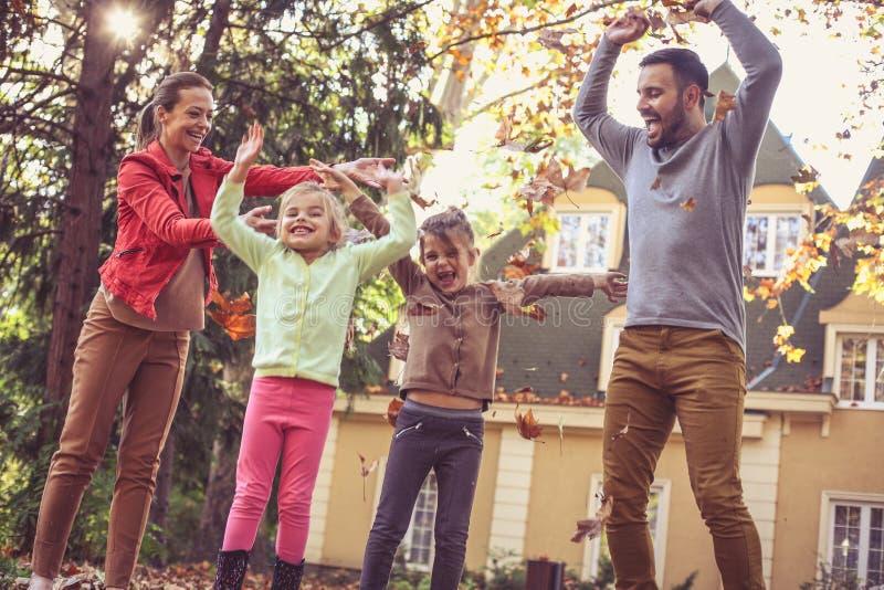 La stagione di autunno è così divertimento per gioco fuori fotografia stock libera da diritti
