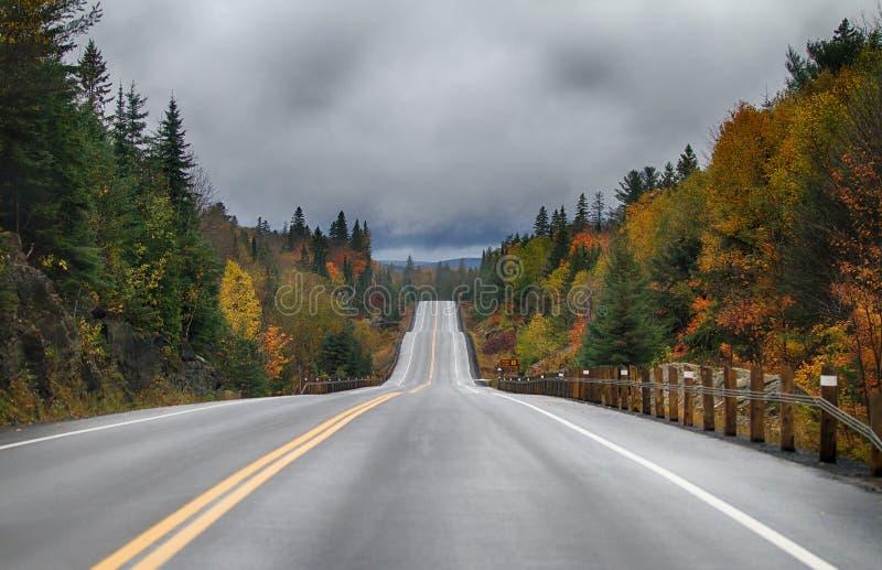 La stagione di caduta sulla strada principale 60 nel parco del Algonquin, il Canada fotografie stock