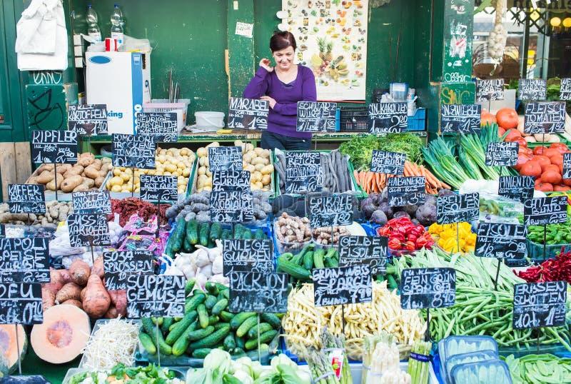 Download La Stalle Du Vendeur Chez Le Naschmarkt à Vienne, Autriche Photo éditorial - Image du verts, asperge: 45360661