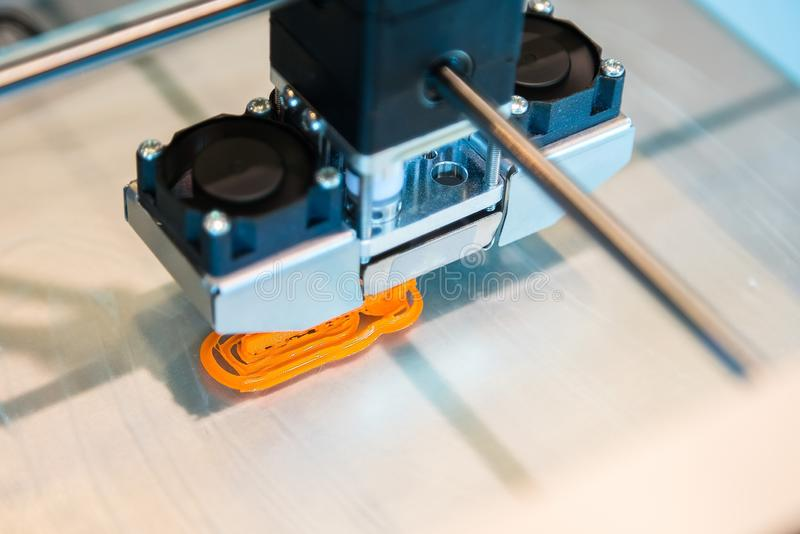 La stampante tridimensionale automatica 3d realizza la creazione del prodotto Stampa 3D o fabbricazione additiva e robot moderna fotografia stock libera da diritti