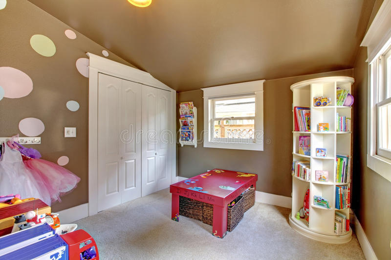 La stanza del gioco di Brown scherza l'interno della ragazza con i giocattoli. immagine stock