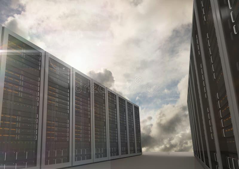 La stanza del server ha sistemato nelle file contro le nuvole oscure fotografia stock