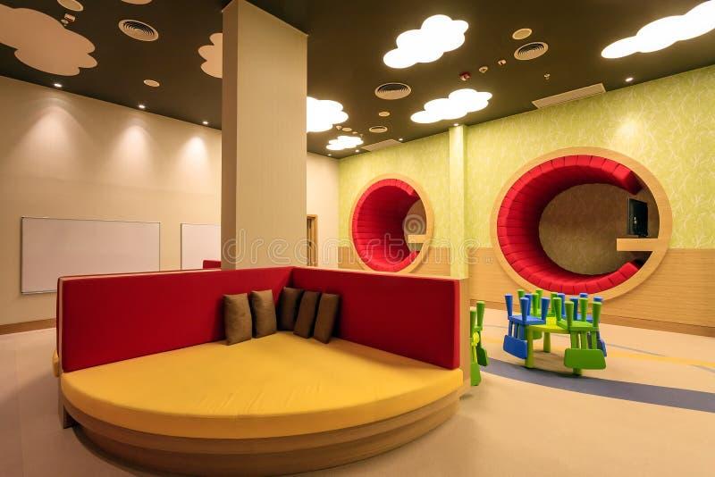La stanza della scuola materna dell'hotel di Soci Marriott ha interior design variopinto originale moderno ed accoglie favorevolm fotografia stock libera da diritti