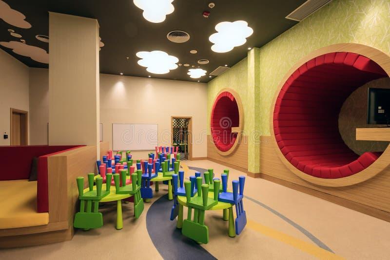 La stanza della scuola materna dell'hotel di Soci Marriott ha interior design variopinto originale moderno ed accoglie favorevolm immagini stock libere da diritti