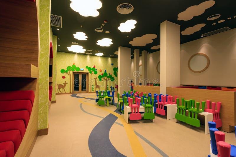La stanza della scuola materna dell'hotel di Soci Marriott ha interior design variopinto originale moderno ed accoglie favorevolm immagine stock libera da diritti