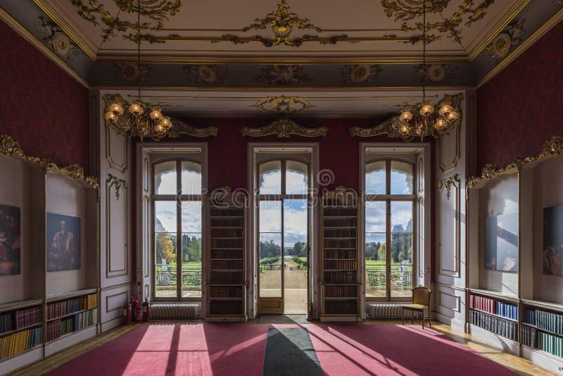 La stanza dentro strappa il palazzo del parco immagine stock