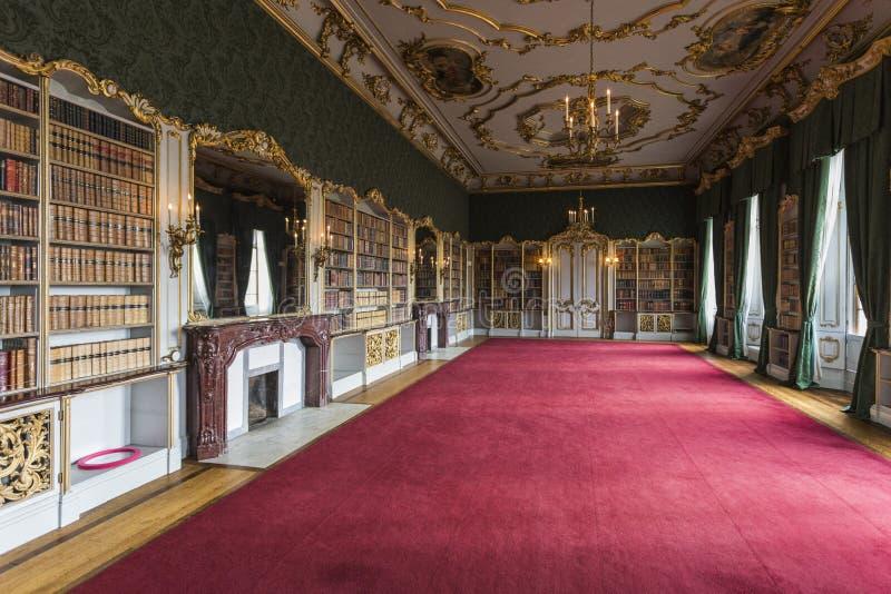 La stanza dentro strappa il palazzo del parco fotografia stock