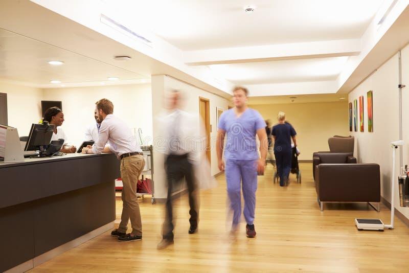 La station de l'infirmière occupée dans l'hôpital moderne images libres de droits