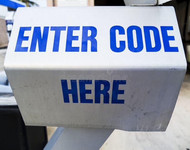 La station de lavage entrent dans la machine de code ici photo stock