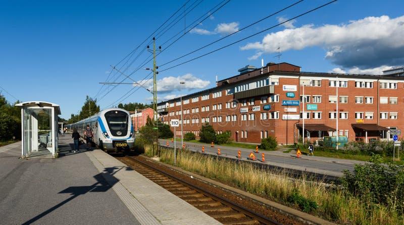 La station de train de Tullinge, train local arrive à la station photo stock