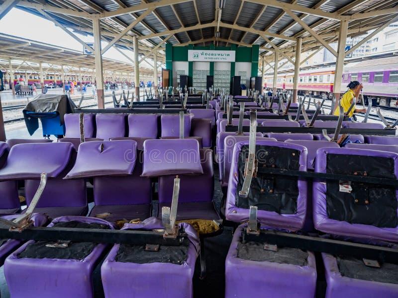 La station de train Hua Lamphong, chaise pourpre vivante de personnes colloquent image libre de droits