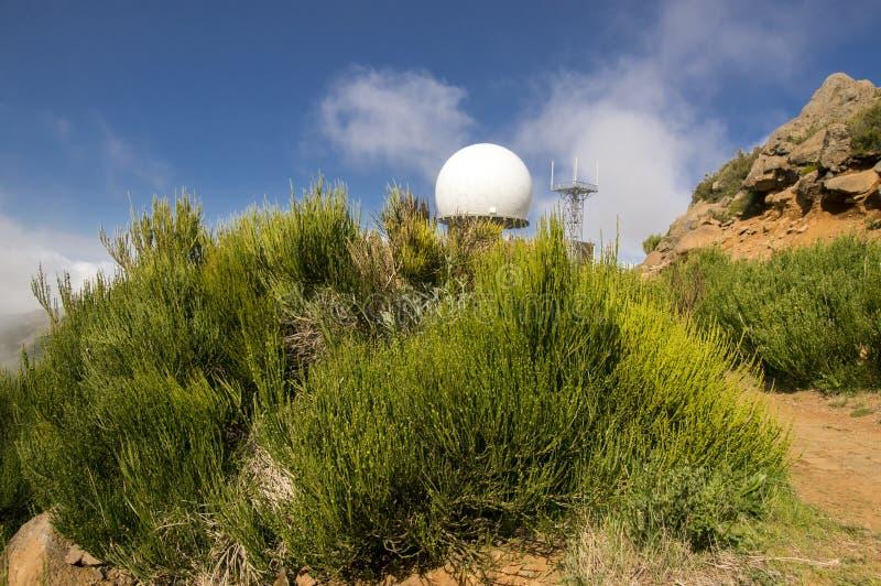 La station radar de défense aérienne sur le dessus de Pico font Arieiro, radar blanc de boule de golf photographie stock