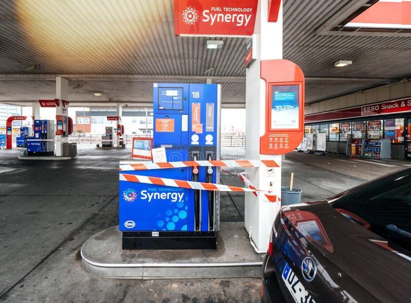 La station service d'Esso en Allemagne s'est fermée sous le reapir photo stock