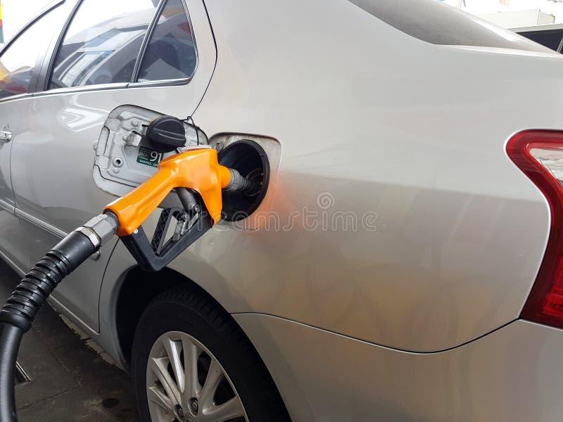 La station service réapprovisionner en combustible la voiture images stock
