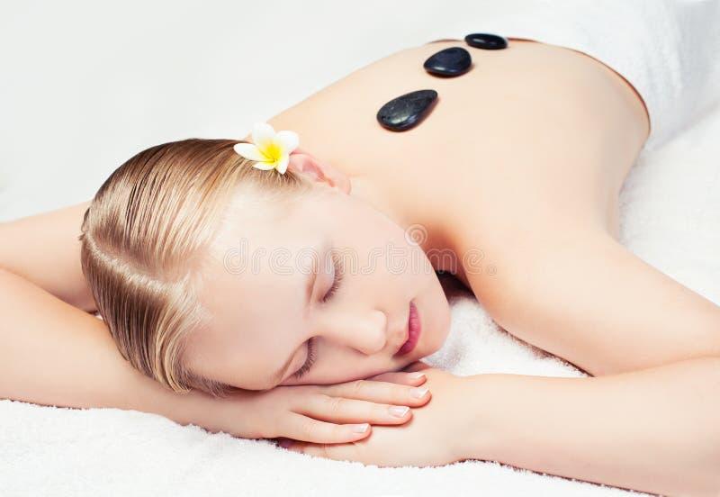 La station thermale détendent le massage dans le salon Belle jeune femme obtenant le massage de station thermale images libres de droits