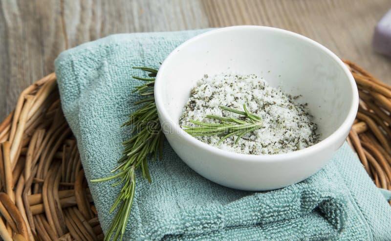 La station thermale et les soins de la peau naturels, sel de corps frottent avec le romarin photos stock