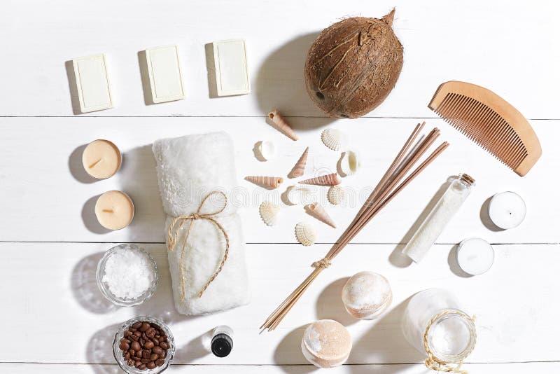La station thermale a placé avec du sel de mer, l'huile essentielle, le savon et la serviette décorés des coquillages sur le fond photographie stock libre de droits