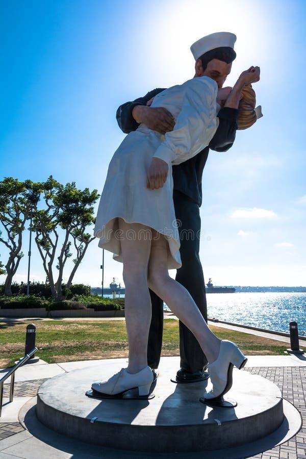 La statua baciante a San Diego, California immagine stock