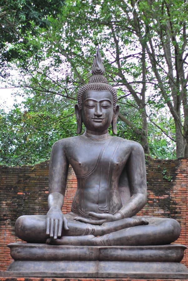 La statua bronzea antica di Buddha è stata creata dalla credenza nel buddismo che è esistito dai periodi antichi al presente fotografia stock libera da diritti