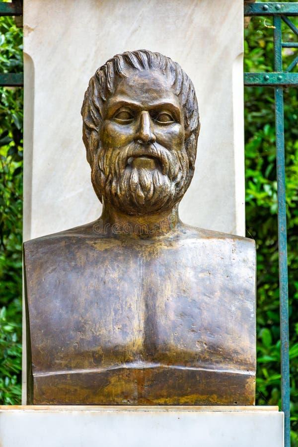 La statua bronzea del poeta tragico greco Euripides immagine stock