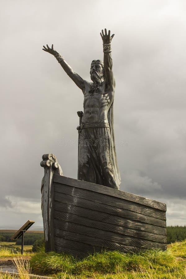 La statua del ¡ n Mac Lir di Dio Manannà del mare celtico al punto di vista di Gortmore sulla montagna di Binvenagh in Irela nord fotografia stock libera da diritti